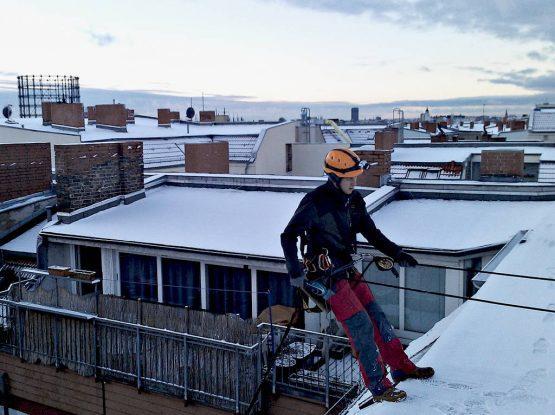 Entfernung von Eiszapfen, Dachlawinen und Schneewechten